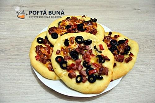 Minipizza sau pizette cu salam, ardei si masline, reteta simpla