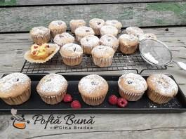 Briose pufoase (muffins) cu fructe: zmeura, piersici, caise