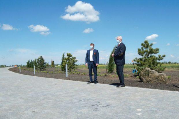 """В аэропорту """"Симферополь"""" в честь 75-летия Победы заложили аллею из двух сотен деревьев и кустарников"""