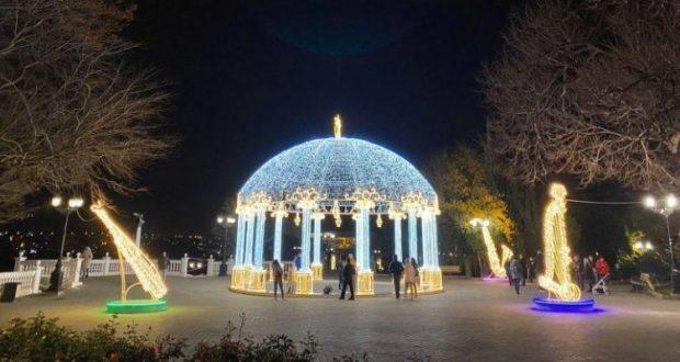 В Севастополе установили новогодние инсталляции. Семь сотен световых объектов