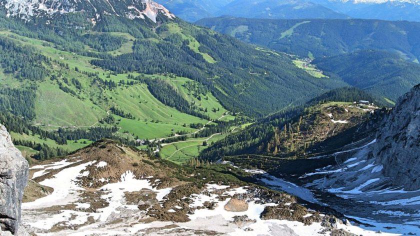 Pohled do údolí: vpravo Hofpürglhütte, dole almíky a naše Caddynka.