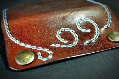 Porte cartes à rabat en cuir, coutures au point sellier brodé, coins arrondis, création par Tithouan