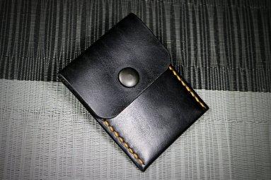 Patron libre et gratuit d'un porte cartes à rabat en cuir - Point-sellier.com - Tithouan