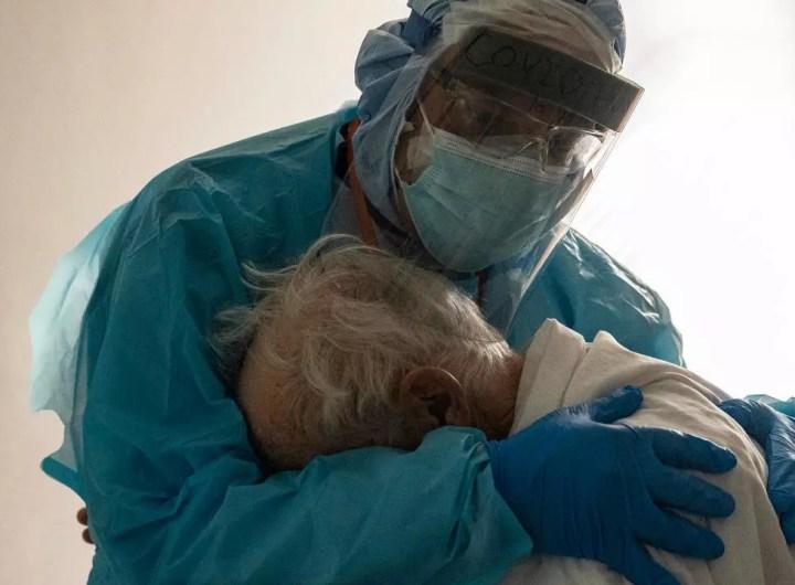 coronavirus-la-photo-du-malade-age-et-du-docteur-devient-virale