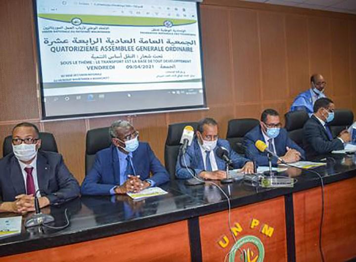 Un nouveau bureau de la fédération nationale des transports (FNT), dirigé par M. Mohamedou Ould Sidi, reconduit, vient d'être élu par la quatorzième assemblée générale de la FNT, tenue, vendredi à Nouakchott, sous le thème : le transport est la base de tout développement. Ouvrant l'assemblée générale, le ministre de l'Equipement et des Transports, M. Mohamedou Ahmedou M'Haïmid, a souligné qu'elle se tient à un moment où son département intensifie ses efforts pour la construction de réseaux routiers avec une haute technicité, en plus de la réalisation de gares routières et d'échangeurs. Le ministre a, ensuite, mis en exergue l'intérêt qu'accorde le Président de la République, Son Excellence M. Mohamed Ould Cheikh El Ghazouani, à ce secteur ; intérêt que le gouvernement du Premier ministre, Monsieur Mohamed Ould Bilal tient à traduire dans les faits. Au sujet des réalisations accomplies dans le domaine, le ministre a cité la redynamisation de l'autorité de régulation du transport terrestre qui doit désormais couvrir tout le territoire national et l'organisation de la direction générale des transports pour être en mesure de répondre aux besoins grandissants des citoyens. En garantissant l'offre des services du transport des personnes et des biens, la FNT administre la preuve qu'elle est un partenaire essentiel du développement du secteur, a-t-il conclu. Pour sa part, le président réélu de la FNT, M. Mohamedou Ould Sidi, a rappelé l'intérêt qu'attache le Président de la République, Son Excellence Mohamed Ould Cheikh El Ghazouani, à ce secteur vital, et salué le partenariat renoué entre la fédération et le commissariat à la sécurité alimentaire. Il a, également, passé en revue les avancées réalisées sous son mandat, et présenté des doléances au ministère et, à travers lui, aux hautes autorités du pays. La cérémonie d'ouverture a donné lieu à la remise des ''boucliers'' aux ministres, au commissaire à la sécurité alimentaires et au président de l'Union Nationale du Patron