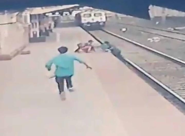 Inde: il risque sa vie pour sauver un enfant tombé sur les rails