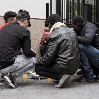 """Nice : des jeunes migrants arrêtés """"menottés"""" à la sortie des bureaux de l'Aide à enfance"""
