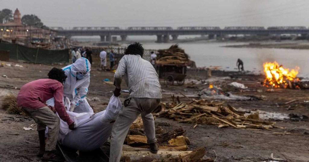 Inde: des victimes présumées du Covid-19 s'échouent dans le Gange