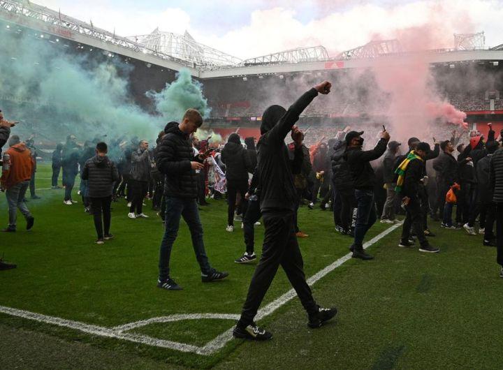 Le stade d'Old Trafford envahi par les supporters, le match Manchester United - Liverpool reporté
