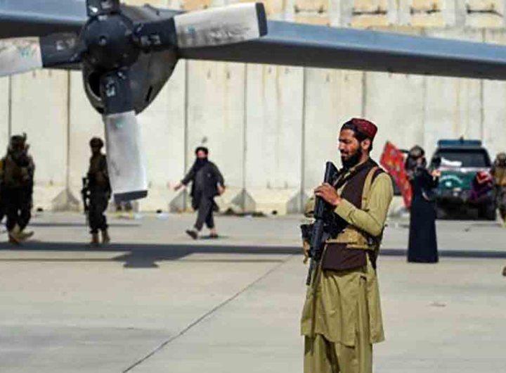À l'aéroport de Kaboul, les talibans paradent en vainqueur