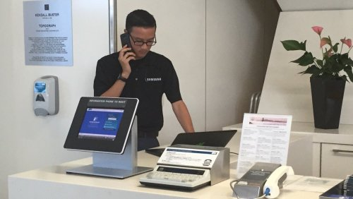 Samsung Representative at San Francisco International Airport (Photo by @svqjournalist)