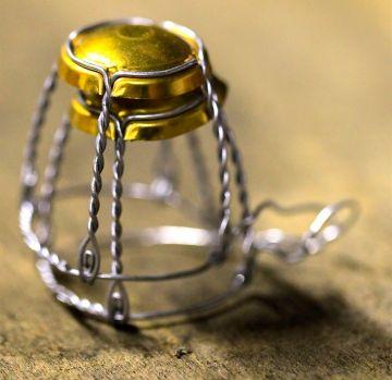 Muselet qui retient le bouchon à la mise en bouteilles du poiré Domfront. Crédit photo : Gérard Houdou