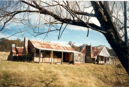 Coolamine hut