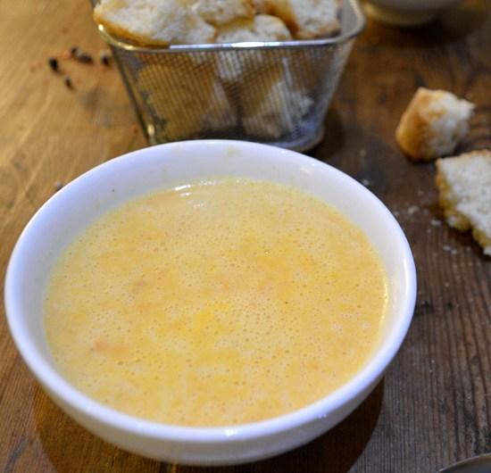 une soupe aux légumes du moment et ses croûtons à l'ail