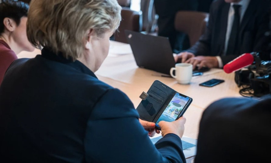 """Norwegian Prime Minister """"caught"""" playing Pokémon GO before a meeting with Trump"""