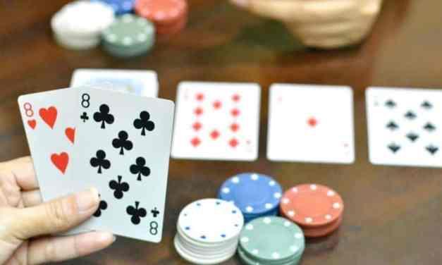 Chơi Poker với những bài Poker bắt đầu như thế nào?