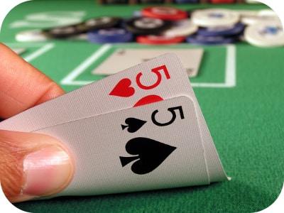 Chơi Poker với bài Poker đôi nhỏ như thế nào?
