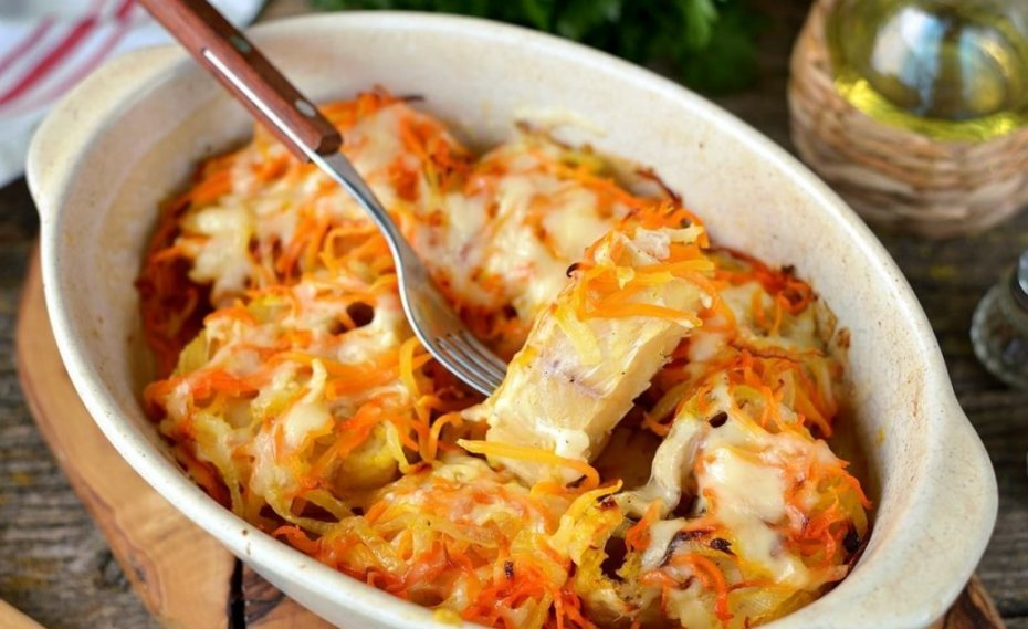 Cod with carrots and onions in the oven