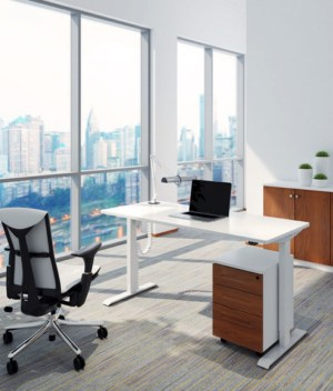 Biurko z elektrycznie regulowaną wysokością do pracy przed komputerem na stojąco i siedząco
