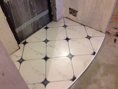 Комбинирование плитки и ламината в прихожей на полу