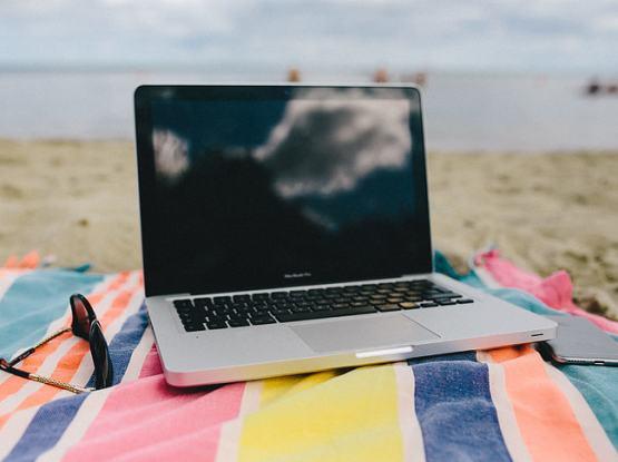 Jak zabezpieczyć komputer podczas podróży wakacyjnej