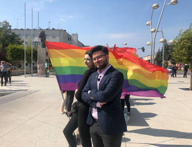بارت ستاشفيسكي خلال مسيرة لدعم المثليين في سويدنيك- BBC