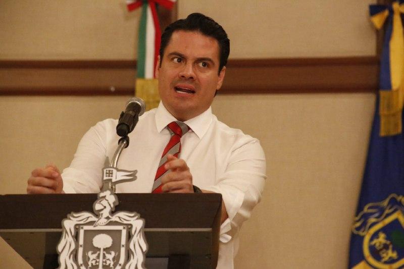 """El gobernador de Jalisco, Jorge Aristóteles Sandoval Días, durante una rueda de prensa para """"explicar"""" por qué se dieron los narcobloqueos."""