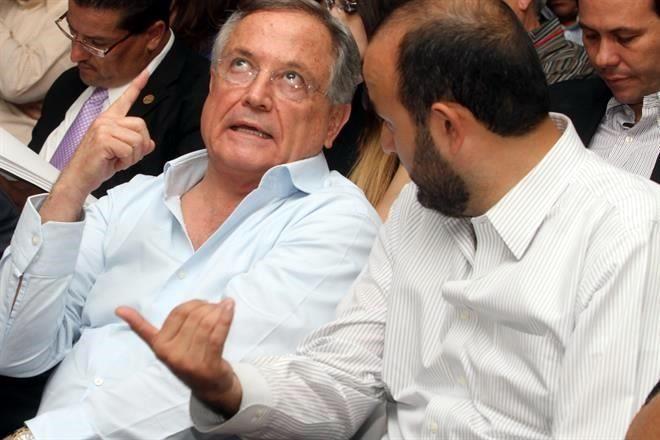 El Magistrado del Supremo Tribunal de Justicia de Jalisco y padre del gobernador, Leonel Sandoval, conversa con el candidato del PRI por Guadalajara, Ricardo Villanueva.