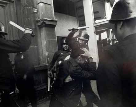 Policías golpean a estudiante de 1968.