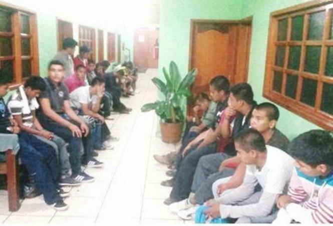 Normalistas de Ayotzinapa en un Hospital, antes de su desaparición. La fotografía fue tomada por miembros del ejército mexicano.