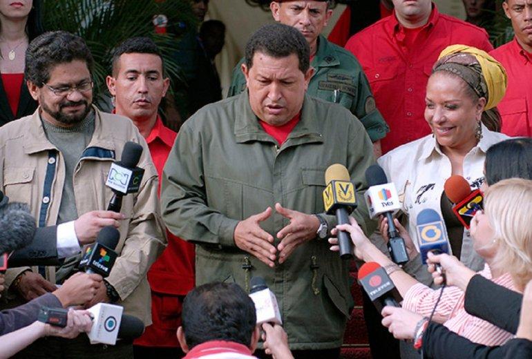 """""""Iván Márquez"""", miembro de las FARC, el fallecido presidente de Venezuela, Hugo Chávez y la senadora colombiana, Piedad Córdoba."""