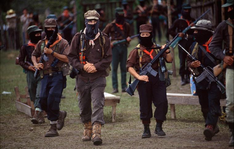 Subcomandante Marcos y su escolta. La Realidad, Selva Lacandona. 1995. Foto: Emiliano Thibaut