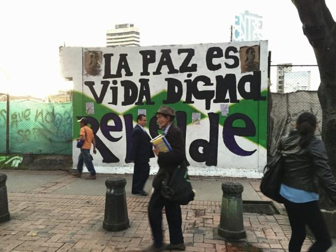 """Las paredes dicen en Bogotá: """"La paz es vida digna rebelde"""". Foto: César Octavio Huerta"""