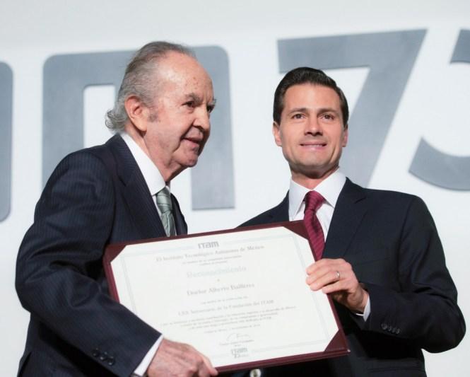 Peña Nieto le entrega distinción al empresario Alberto Baillères, fundador del ITAM. Foto: Especial