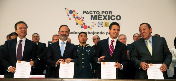La firma del Pacto por México. Foto: Especial