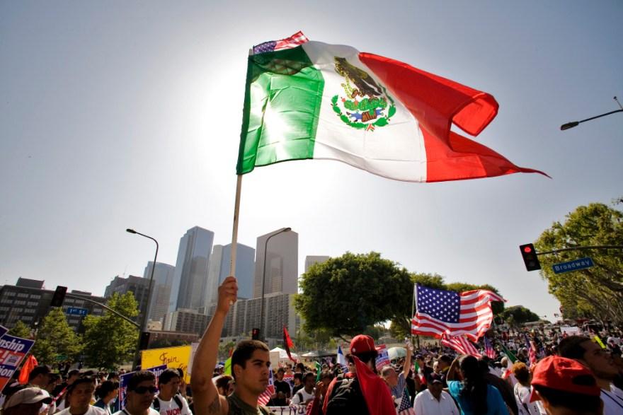 Marcha de migrantes mexicanos en Los Ángeles. Foto: Especial