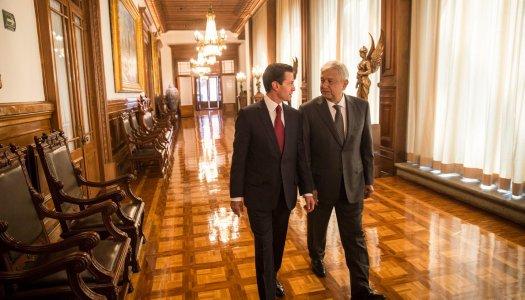 AMLO entra a Palacio Nacional y la gente con él