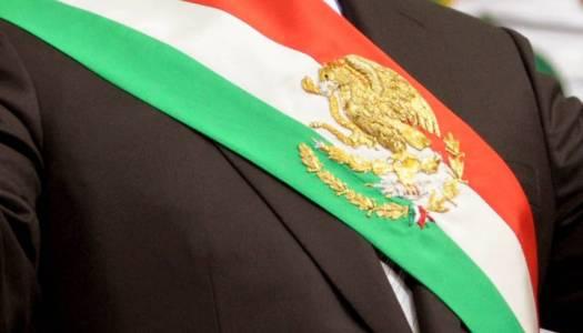 Morena busca cambiar orden de colores en la banda presidencial