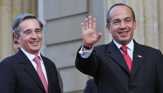 Cae Álvaro Uribe en Colombia; en México piden lo mismo para Calderón