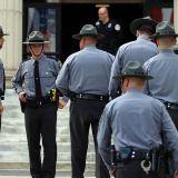 Pennsylvanie Trooper outside building