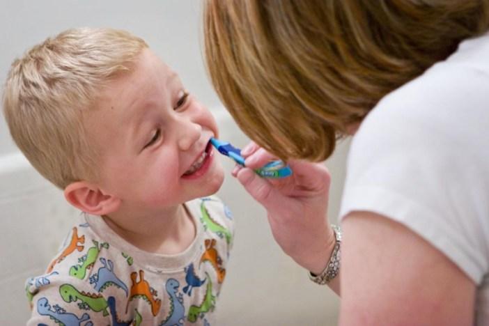 Otkrijte kako u par koraka kvalitetno oprati zube mališanu