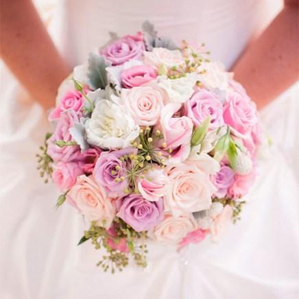 Букет невесты с розами цвета фуксия