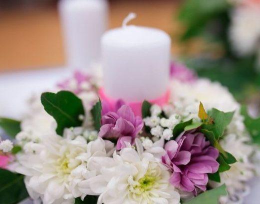 Оформление свадьбы в фиолетовом цвете и свечами