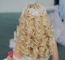 волосы уложенные нисподающей волной