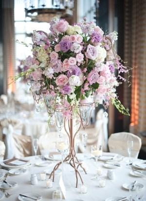 Гостевые столы украшенные декоративными цветами