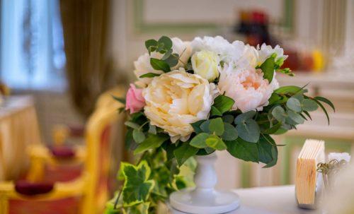 Композиция из роз и зелени на свадьбу