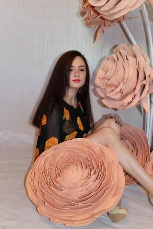 Фотозона из больших роз