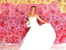 Фотозона на свадьбу в аренду Стена из красных цветов