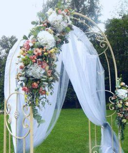 Украшение свадебной арки тканью и цветами