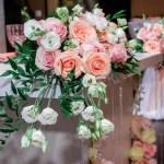 Композиция на свадебный стол из коралловых роз